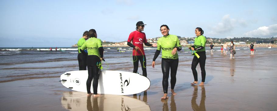 Surfistas disfrutando en la orilla